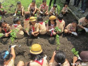 Hari Bumi - Berkebun di sekolah itu mudah dan menyenangkan. Asyik!